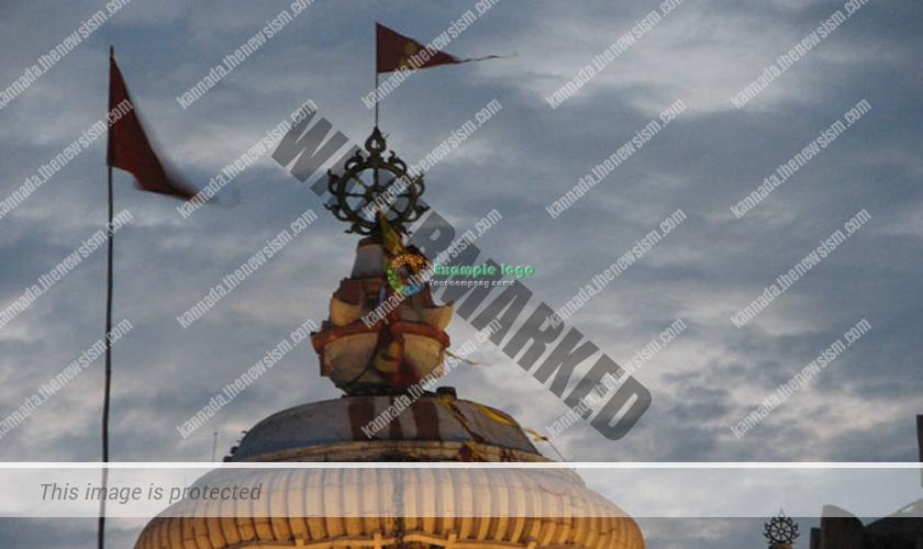© ದೇವಸ್ಥಾನದ ಮೇಲೆ ಅಷ್ಟಧಾತುವಿನಿಂದ ಕೂಡಿದ ಒಂದು ಚಕ್ರ