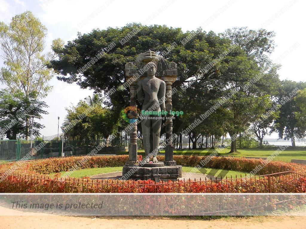 1024px-Bahubali_monolith_of_Halebidu